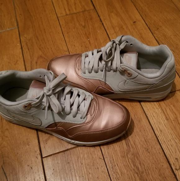le scarpe nike rosa d'oro e donne scarpe poshmark grey